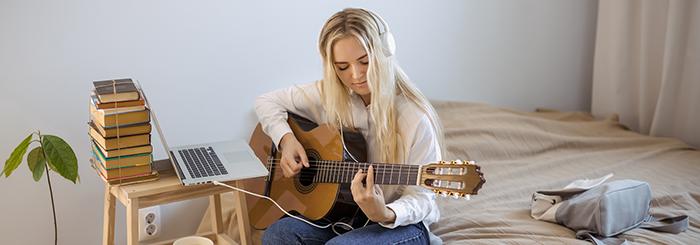 apprendre la guitare seule, en ligne