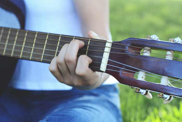 main gauche guitare femme position